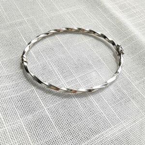 Silver hinged and lock twist bangle bracel…